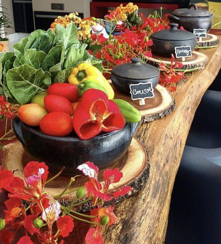 Décor para receber no Carnaval com Feijoada, o match que dá o maior samba.. Mesa decorada com legumes e verduras.
