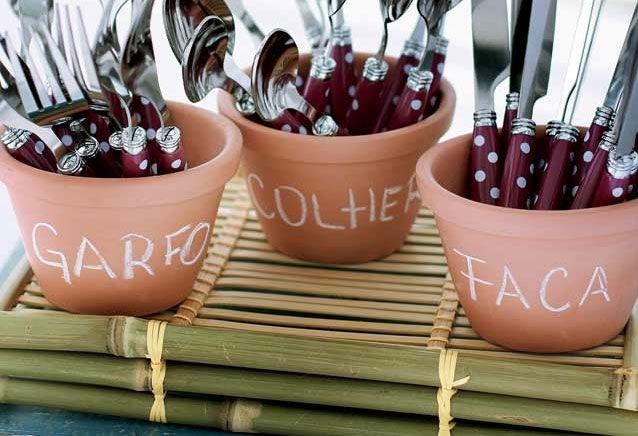Décor para receber no Carnaval com Feijoada, o match que dá o maior samba.. Vaso em cerâmica como porta talher.