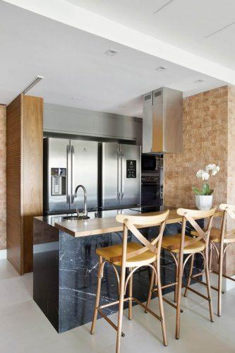 cozinha aberta no apartamento assinado por Carmen Zaccaro
