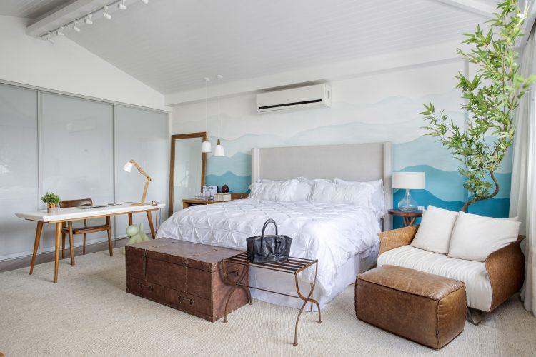quarto de casal com pinturas na parede da casa de sharon Azulay por Troppo Arquitetura