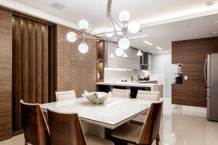 Mesa quadrada branca na cozinha.