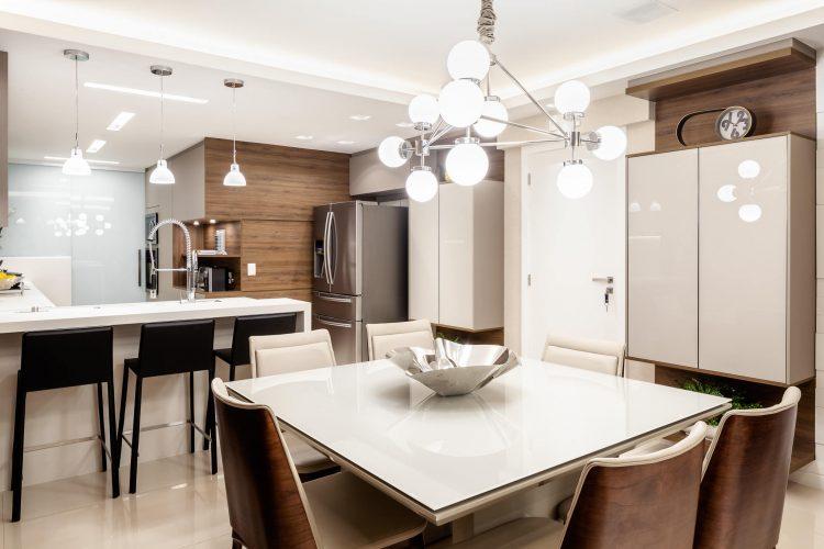 Cozinha com mesa de jantar quadrada branca.