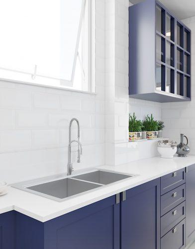 Cozinha Vintage, com antes e depois.. Bancada branca e armários na cor azul.