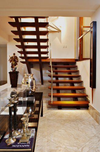 escadas em madeira de 2 lances assinada por Marlon Gama
