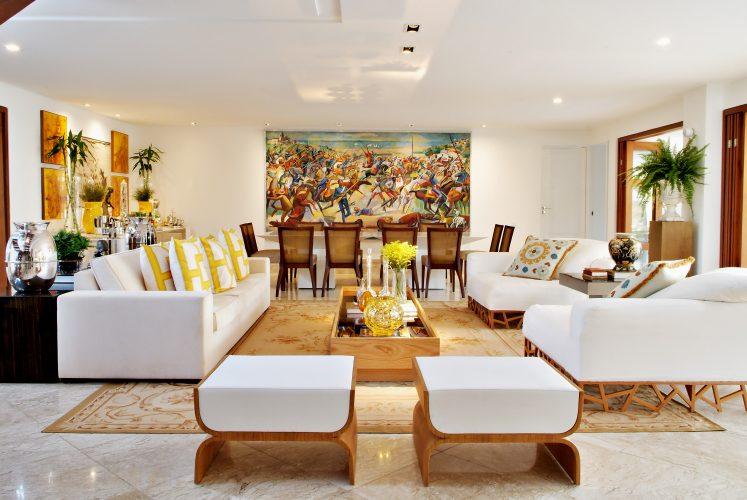 Sala de estar assinada por Marlon Gama com moveis brancos