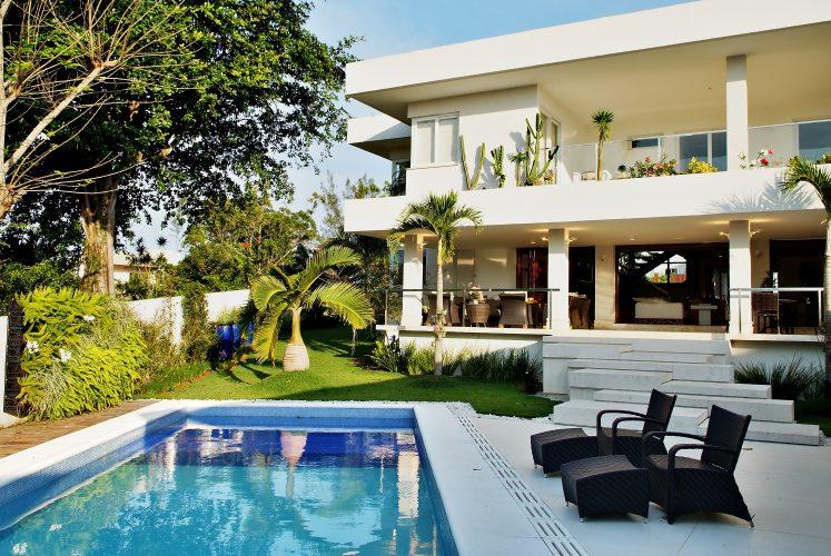 Fachada da casa com piscina assinada por Marlon Gama