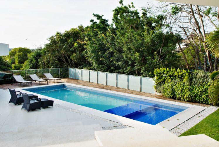 Piscina da casa reformada por Marlon Gama