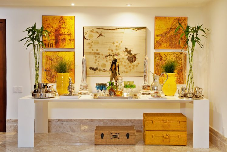 Hall de entrada com quadros decorado por Marlon Gama