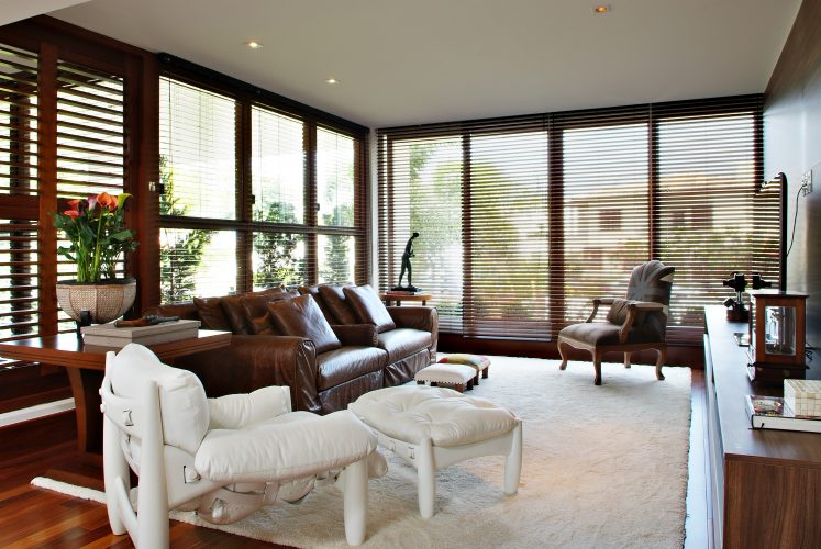 salao com vidros na casa de Marlon Gama