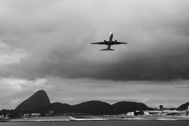 RIO - A Cidade Maravilhosa por outros ângulos, livro de fotos de Rafael Duarte. Foto do avião na baia de Guanabara.