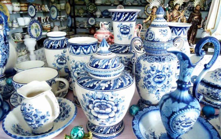 Outlets de decoração. cerâmica artística Luso Brasil. Linha azul e branco com flores em diversos formatos.