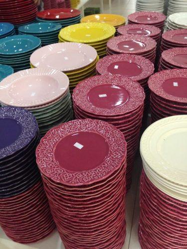 Outlets de decoração, loja Porto Ferreira. Pilhas de pratos coloridos.