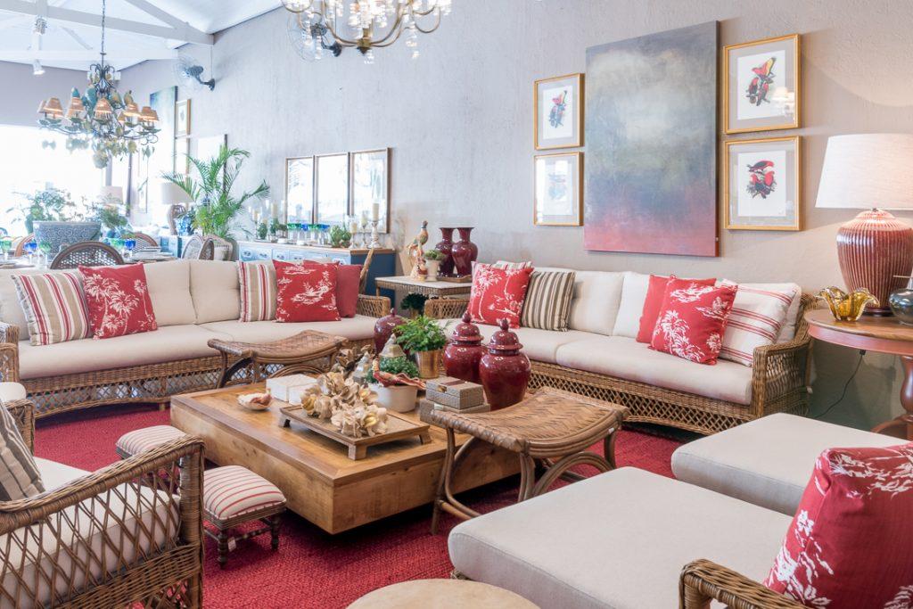 Outlets de decoração, loja Silvania Cecilio. Interior da loja com living decorado com sofás de fibra natural.