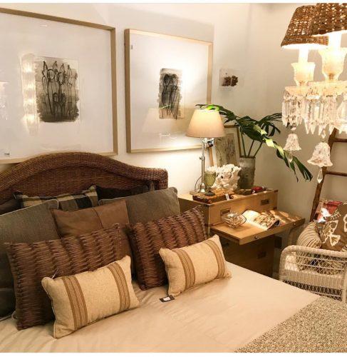 Outlets de decoração, loja Star Home. Cama decorada com almofadas na cor bege.