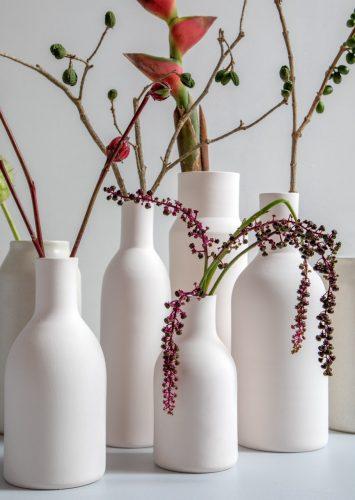 O tempo da cerâmica', livro de uma das mais requisitadas ceramistas do país, Denise Stewart. Vasos de flor branco