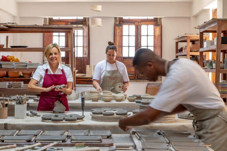 O tempo da cerâmica', livro de uma das mais requisitadas ceramistas do país, Denise Stewart. Foto da ceramista e sua equipe