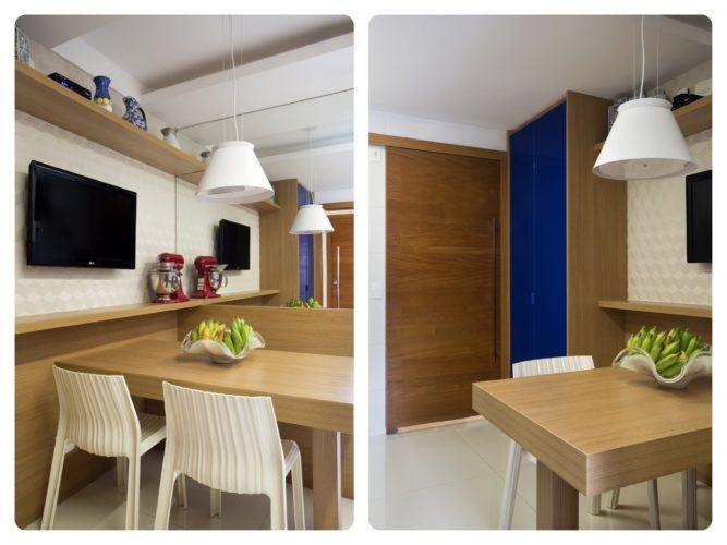 Coa na cozinha com mesa em madeira e tv no painel.