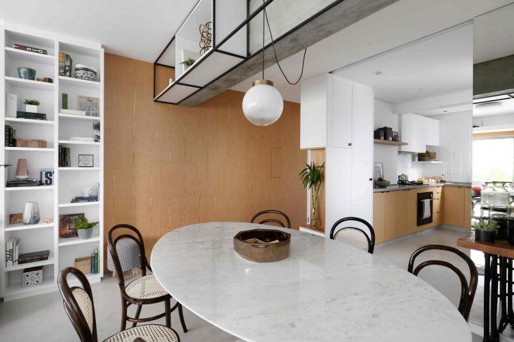 Apartamento de  95 m² e  40 anos ganha atmosfera moderna após reforma. Mesa Saarinen oval  permite melhor  circulação.
