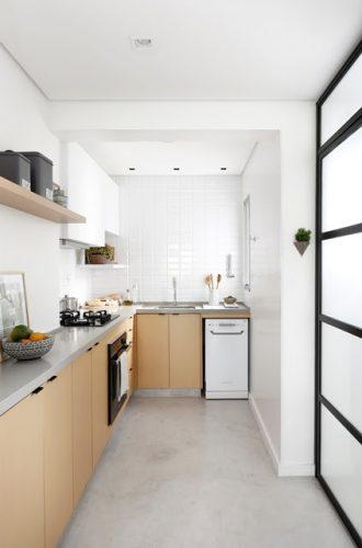 Apartamento de  95 m² e  40 anos ganha atmosfera moderna após reforma. Quarto de empregada foi aberto para a sala e transformado em cozinha.