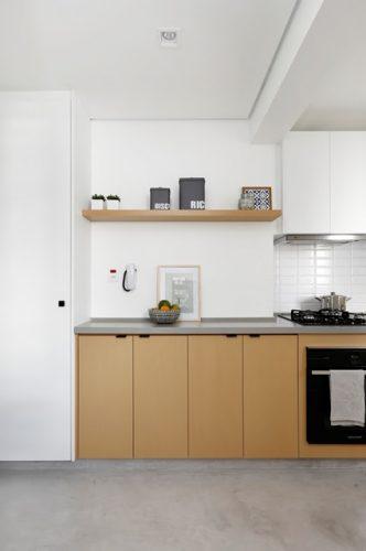 Apartamento de  95 m² e  40 anos ganha atmosfera moderna após reforma. Cozinha aberta para a sala.