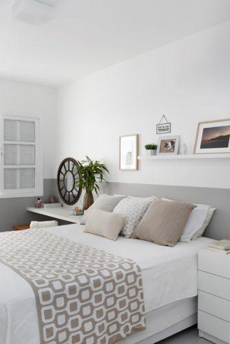 Apartamento de  95 m² e  40 anos ganha atmosfera moderna após reforma. No quarto de casal, uma faixa pintada de cinza cria o efeito da cabeceira da cama.