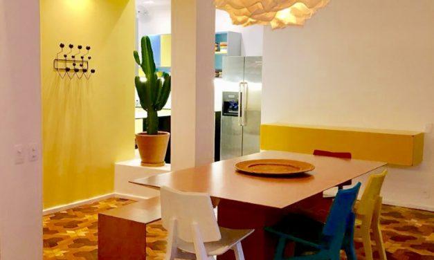 Piso parquê original dos anos 40 e muita cor em um apartamento no Jardim Botânico, no Rio de Janeiro.