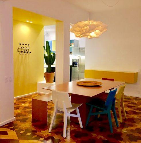 Piso parquê original dos anos 40 e muita cor em um apartamento no Jardim Botânico, no Rio de Janeiro