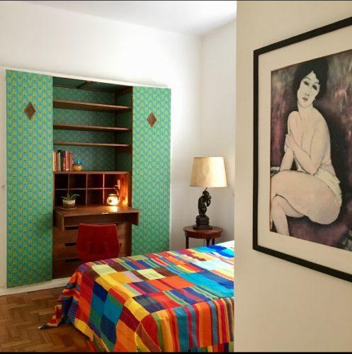 Piso parquê original dos anos 40 e muita cor em um apartamento no Jardim Botânico, no Rio de Janeiro. Quarto de casal com escrivaninha antiga embutida