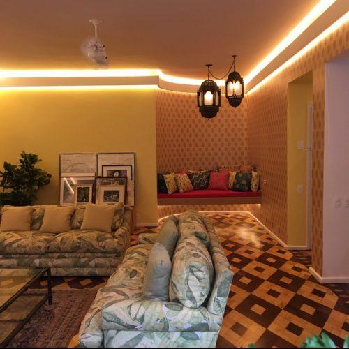 Piso parquê original dos anos 40 e muita cor em um apartamento no Jardim Botânico, no Rio de Janeiro. Piso original recuperado
