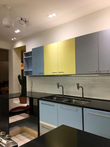 Piso parquê original dos anos 40 e muita cor em um apartamento no Jardim Botânico, no Rio de Janeiro. Cozinha com armários coloridos