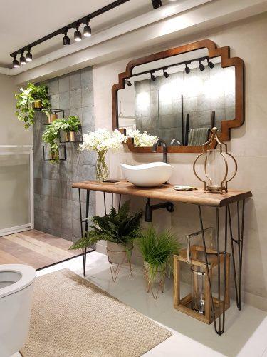 Um apartamento todo decorado com soluções completas na Amoedo Design. Banheiro com iluminação em spot no trilho
