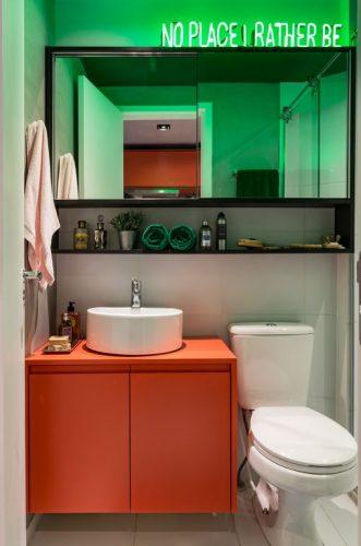 Cores vivas no décor com pegada industrial. Banheiro decorado com neon.