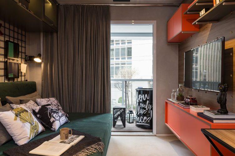 Cores vivas no décor com pegada industrial. Apartamento compacto com cinza e laranja na decoração.