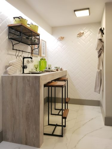 Um apartamento todo decorado com soluções completas na Amoedo Design. Cozinha  com bancadas alta