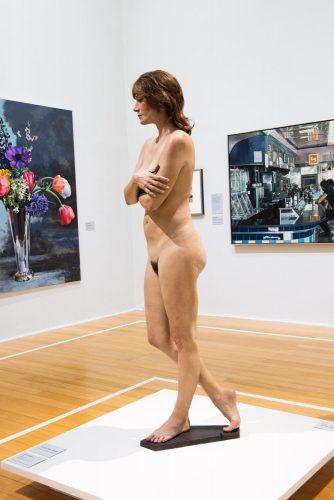 50 anos de Realismo – Do fotorrealismo à realidade virtual, exposição no Centro Cultural do Banco do Brasil Rio de Janeiro. Escultura realista de uma mulher nua.