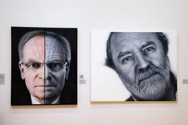 50 anos de Realismo – Do fotorrealismo à realidade virtual, exposição no Centro Cultural do Banco do Brasil Rio de Janeiro. Escultura realista de um homem e uma foto .
