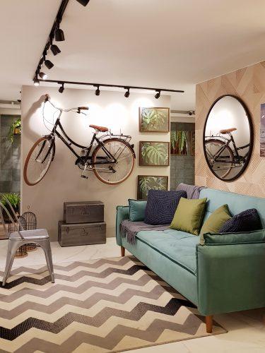 Um apartamento todo decorado com soluções completas na Amoedo Design. Sala com sofá em suede turquesa e tapete estampa zigzag
