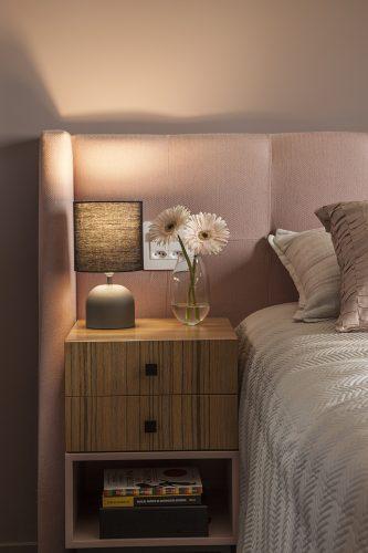 Reforma em um apartamento construído na década de 1980, quarto casal em tons rosa