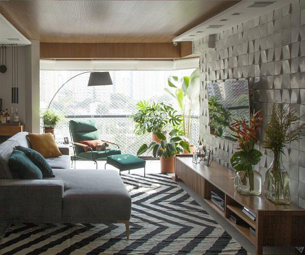 Reforma em um apartamento construído na década de 1980, varanda integrada e todo o teto em madeira .