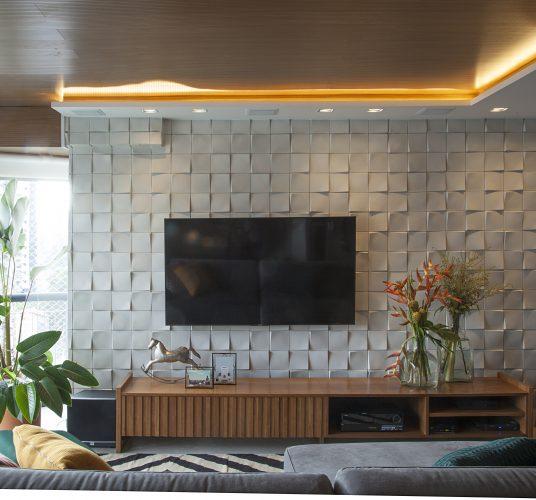 Reforma em um apartamento construído na década de 1980, teto em madeira em todo o social