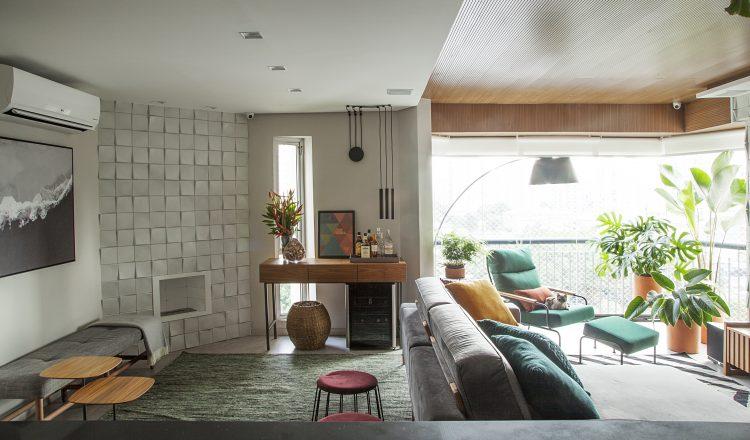 Reforma em um apartamento construído na década de 1980, lareira na parede com revestimento em 3d.