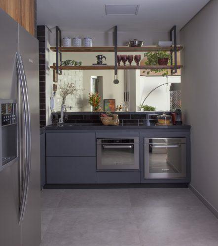 Reforma em um apartamento construído na década de 1980 com cozinha americana
