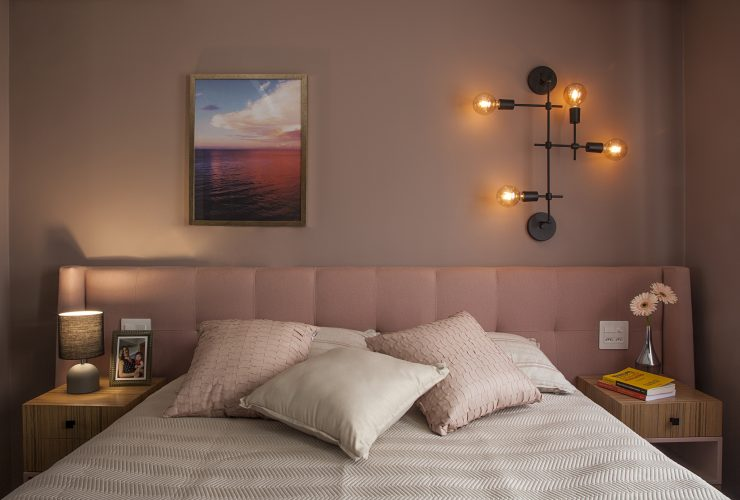 Reforma em um apartamento construído na década de 1980, quarto de casal em tons de rosa.