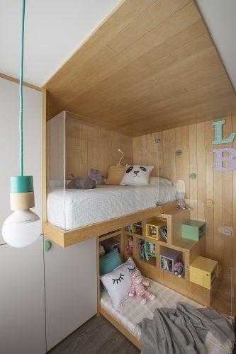 Reforma em um apartamento construído na década de 1980, quarto meninas com teto revestido com ripas em madeira