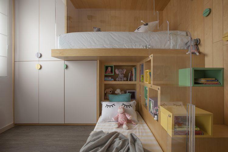 Reforma em um apartamento construído na década de 1980, quarto meninas com beliche