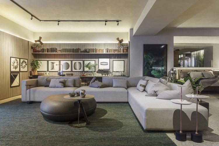 FERNANDO PIVA ASSINA ESTÚDIO PLURAL, Quarto e cozinha integrados em um espaço claro