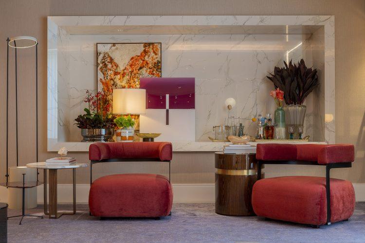 PATRICÍA HAGOBIAN ASSINA LINIE LOUNGE na CasaCor SP 2019. Ambiente sofisticado com nicho em mármore.