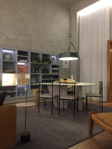 A semana da Conexão Décor na CasaCor São Paulo 2019, espaço de Fernanda Moreira Lima com paredes e tetos pintados com efeito concreto