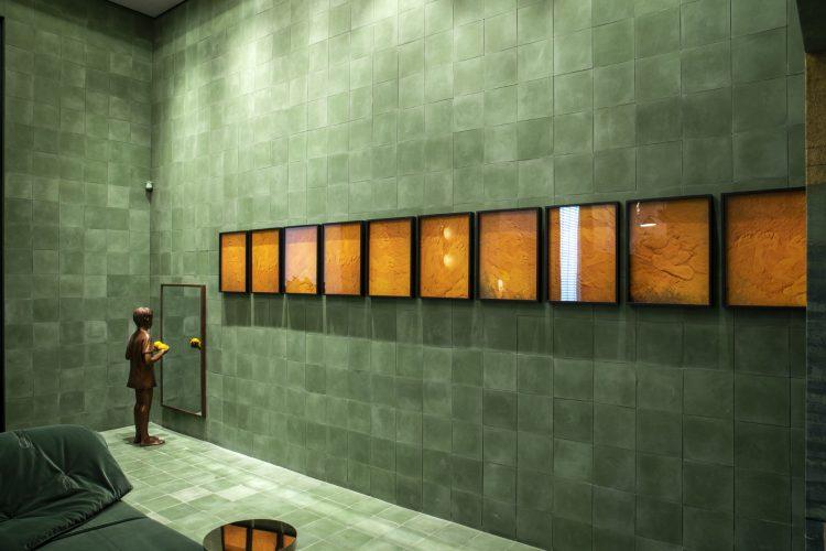 A semana da Conexão Décor na CasaCor São Paulo 2019, galeria de arte revestida com azulejo verde , espaço de Naombi Abe