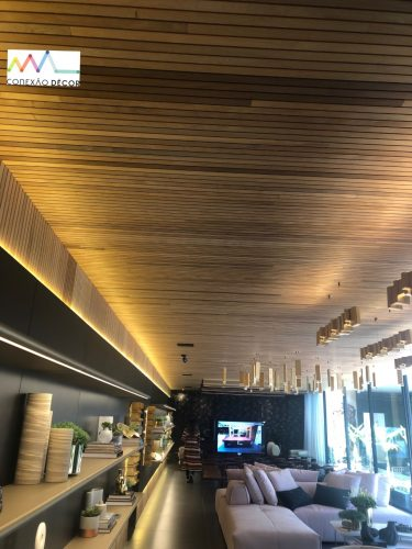 O olhar da Conexão Décor na CasaCor SP 2019. Parte 2. Sala com o teto revestido em madeira